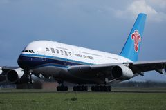 O jato de China Southern Airlines A380 decolou do aeroporto de Schiphol, AMS foto de stock