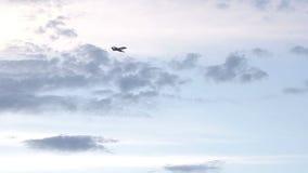 O jato do negócio voa no céu com nuvens vídeos de arquivo