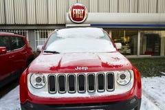 O jipe e Fiat agrupam o logotipo da empresa no negócio checo que constrói o 20 de janeiro de 2017 em Praga, república checa Imagem de Stock