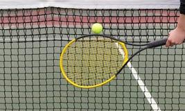 O jogador bate a bola de tênis na rede Imagens de Stock