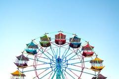O jogador da roda de Ferris do divertimento caçoa com céu azul Fotos de Stock Royalty Free