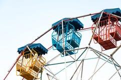 O jogador da roda de Ferris do divertimento caçoa com céu azul Foto de Stock Royalty Free