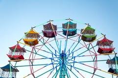 O jogador da roda de Ferris do divertimento caçoa com céu azul Fotografia de Stock