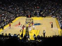 O jogador das redes toma o jumpshot no tráfego Foto de Stock