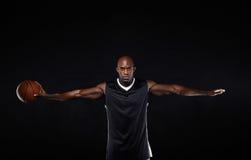 O jogador de basquetebol com o seu arma estendido Imagem de Stock Royalty Free