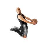 O jogador de basquetebol faz um afundanço em um fundo branco Imagens de Stock