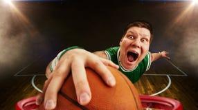 O jogador de basquetebol joga a bola, vista da cesta fotos de stock
