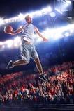 O jogador de basquetebol na ação está voando altamente fotografia de stock