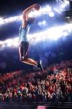 O jogador de basquetebol na ação está voando altamente fotografia de stock royalty free