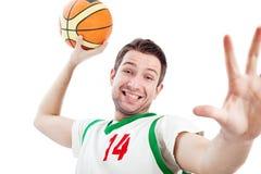 O jogador de basquetebol novo dunking. Imagem de Stock