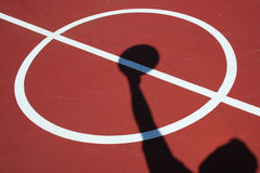 O jogador de basquetebol salta a esfera Imagens de Stock