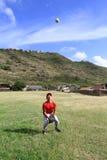 O jogador de beisebol presta atenção a uma esfera na parte exterior do campo Foto de Stock Royalty Free