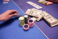 O jogador de cartão verifica a mão Imagens de Stock