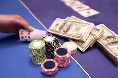O jogador de cartão verifica a mão Fotografia de Stock