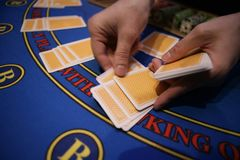 O jogador de cartão verifica a mão Fotos de Stock