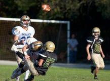 O jogador de futebol americano obtém abordado durante um jogo Fotos de Stock Royalty Free
