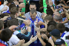 O jogador de futebol anda sobre a multidão de suportes