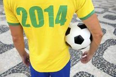 O jogador de futebol brasileiro do futebol veste o Rio 2014 da camisa Imagens de Stock