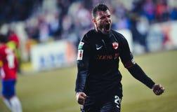 O jogador de futebol desconhecido aprecia após ter marcado um objetivo executa durante o jogo de futebol fotografia de stock royalty free