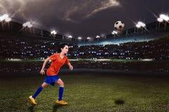 O jogador de futebol fêmea asiático novo quer a retroceder a bola fotos de stock royalty free