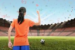 O jogador de futebol fêmea asiático profissional comemora sua vitória Fotografia de Stock Royalty Free