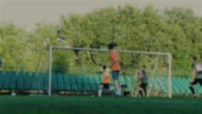 O jogador de futebol que passa a bola, colega de equipa bate uma bola e marca um objetivo, goleiros falta o objetivo, campeonato  filme