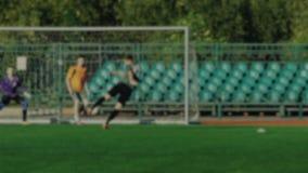O jogador de futebol que passa a bola, colega de equipa bate uma bola e marca um objetivo, goleiros falta o objetivo, campeonato  vídeos de arquivo