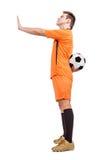 O jogador de futebol recusou dar a bola Fotografia de Stock Royalty Free