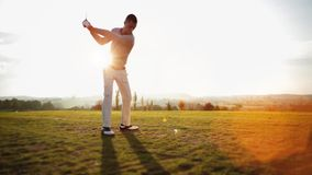 O jogador de golfe bate a bola de golfe filme