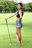 O jogador de golfe da mulher preparou o TEE-OFF imagem de stock royalty free