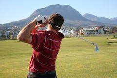 O jogador de golfe segue Throug fotografia de stock