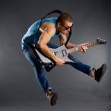 O jogador de guitarra salta Foto de Stock Royalty Free
