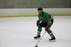 O jogador de hóquei em gelo patina para trás foto de stock