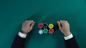 O jogador de pôquer arriscado que ganha todo o negócio do dinheiro e dos oponentes projeta-se, jogando imagens de stock royalty free