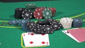 O jogador de pôquer que aumenta o seu estaca a tabela de jogo de jogo dos símbolos filme