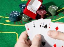 O jogador de pôquer que mostra uma combinação perdedora em cartões de um pôquer, homem bebe o uísque do sofrimento Fotos de Stock Royalty Free