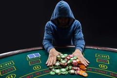 O jogador de pôquer que vai tudo em empurrar o seu lasca-se para a frente Fotografia de Stock