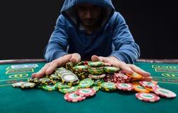 O jogador de pôquer que vai tudo em empurrar o seu lasca-se para a frente Imagem de Stock
