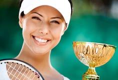 O jogador de ténis bem sucedido ganhou o copo Imagens de Stock Royalty Free