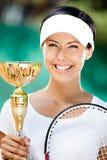 O jogador de ténis fêmea novo ganhou o copo Imagens de Stock