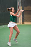 O jogador de ténis fêmea segue completamente com o golpe Imagem de Stock Royalty Free