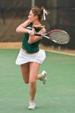 O jogador de ténis fêmea segue completamente no golpe Foto de Stock Royalty Free