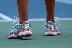 O jogador de tênis profissional Kateryna Kozlova de Ucrânia veste Adidas feito sob encomenda por sapatas de tênis de Stella McCar imagens de stock royalty free