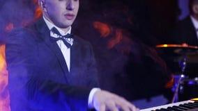 O jogador de teclado joga o sintetizador no clube filme