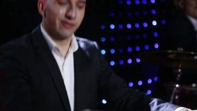 O jogador de teclado joga o sintetizador no clube vídeos de arquivo