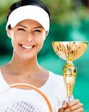 O jogador de ténis fêmea bem sucedido ganhou a competição Fotografia de Stock Royalty Free