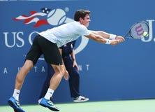 O jogador de tênis profissional Milos Raonic durante em terceiro lugar o círculo escolhe o fósforo no US Open 2013 Imagens de Stock