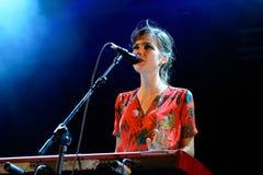 O jogador do cantor e de teclado da mulher do concerto de Femme do La (faixa) no festival FIB Fotos de Stock