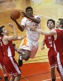 O jogador do homem do basquetebol salta a esfera Imagens de Stock