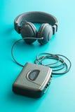 O jogador e os fones de ouvido audio do vintage fotografia de stock royalty free